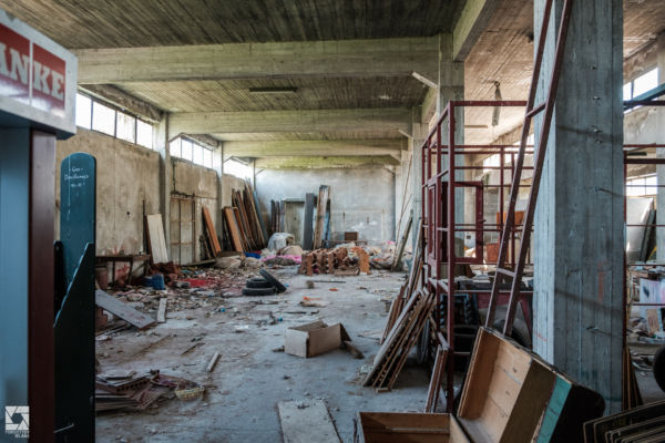 Casa Moderna - Abandoned Shop and Factory